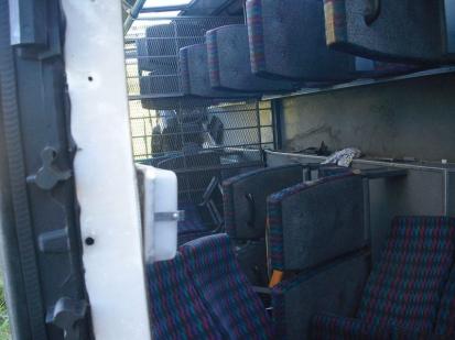 Z havarovaného vězeňského autobusu utekli dva odsouzení