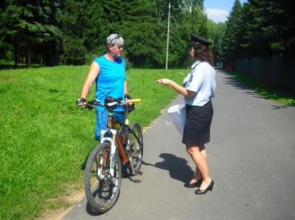 Předávání letáku Na kole jen s přilbou